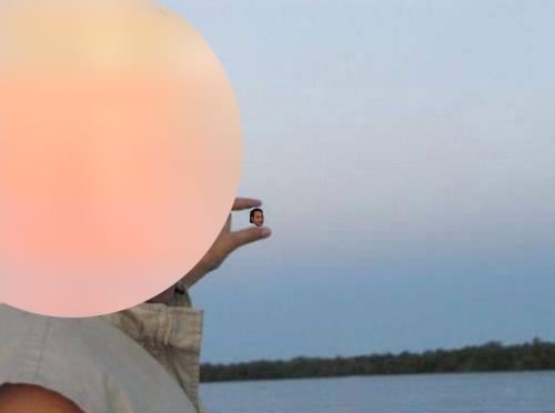 hey guys can you photoshop the sun between my fingers