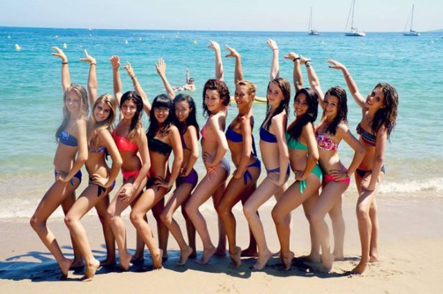 group of girls at the beach get photobombed