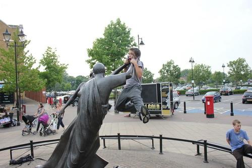 statue strangling kid, lol