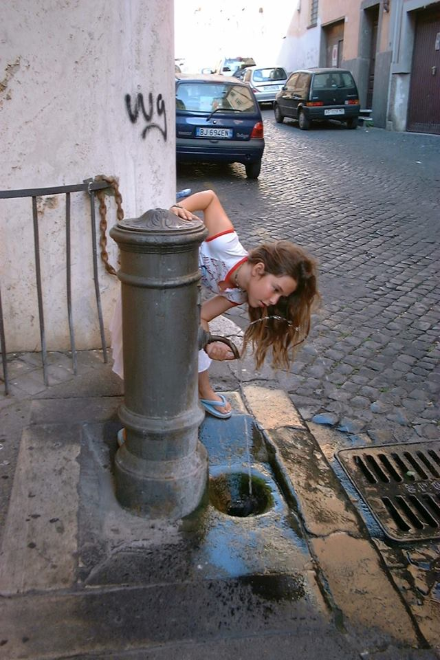 how to drink out of an italian water fountain