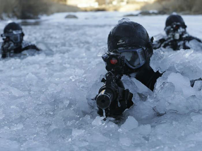 canadian special forces moving through ice