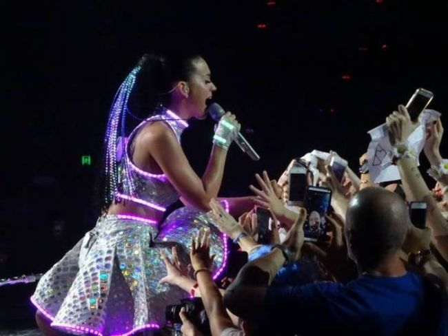 just some fans under katy perry's skirt