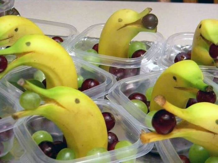 how to arrange fruits for multiple children, bananas look like dolphins with grape in mouth