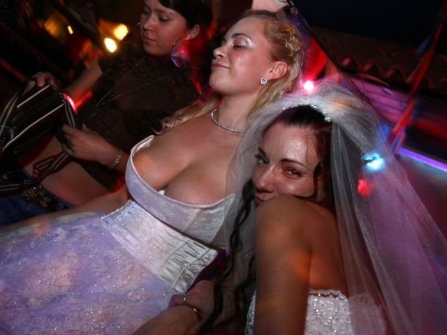 26 tragically awkward wedding photos