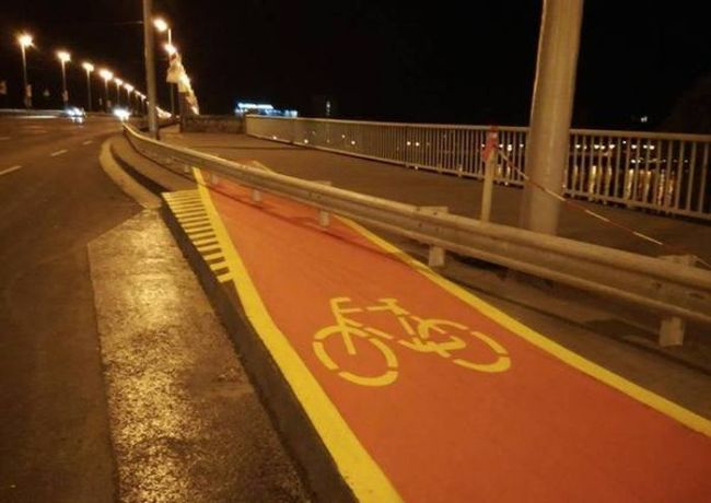 the worst bike path ever, highway metal barrier through bicycle lane, fail