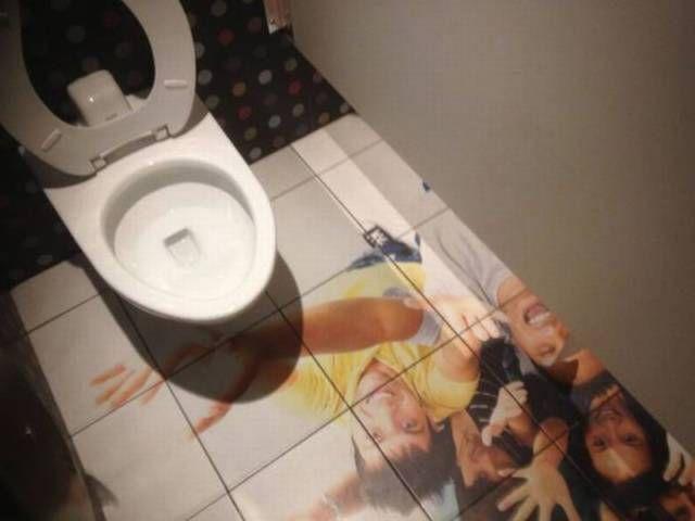 worst bathroom floor decal ever, fail