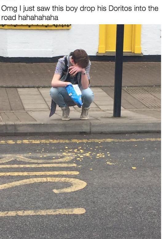 omg i just saw this boy drop his doritos into the road hahahahaha, guy crying