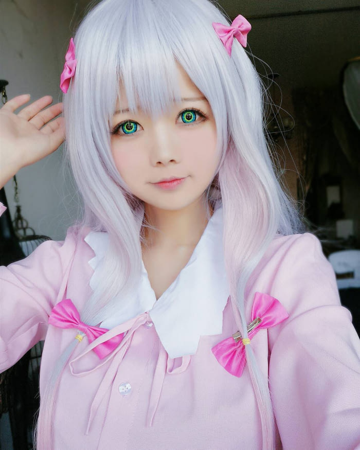 chinese cosplayer wins fans' hearts with her enormous colourful eyes